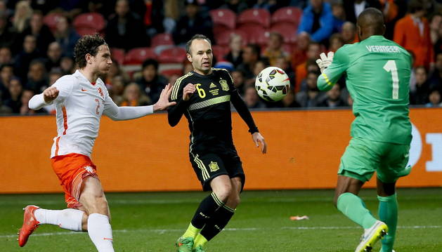 El portero de la selección holandesa Kenneth Vermeer atrapa el balón.