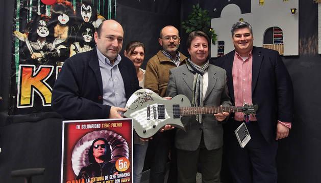 De izquierda a derecha, Juan Carlos González Muñoz, alcalde de Burlada, con Maite Rogel, Javier Arbilla, José Félix Bentz y George Taylor.