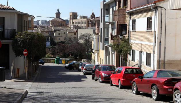 Imagen actual de la calle Mediavilla, perfectamente urbanizada, tomada desde el mismo punto en la que fue captada la antigua.