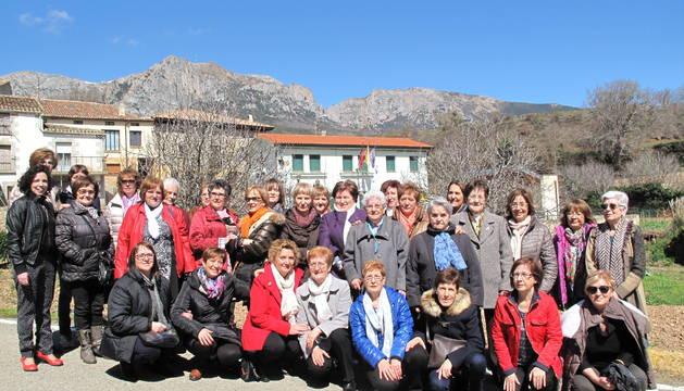 Mujeres participantes en el Día de la Mujer celebrado el pasado 28 de marzo en Azuelo posan con el bello paisaje de su pueblo como marco.