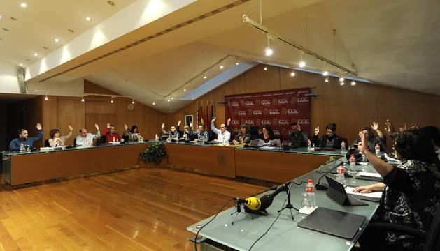 Una votación durante el pleno celebrado ayer en el Ayuntamiento de Tafalla.