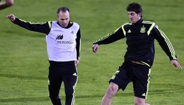 Mikel San José, junto a Andrés Iniesta