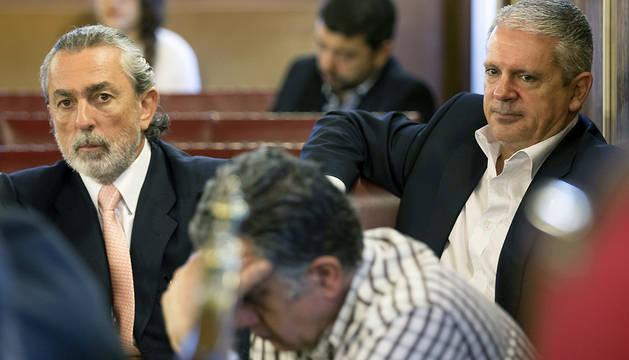 Dos de los supuestos cabecillas de la trama Gürtel, Francisco Correa (i) y Pablo Crespo (d), en el banquillo de los acusados en la segunda sesión del juicio contra la red Gürtel.