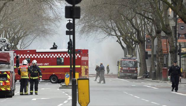 Efectivos del cuerpo de bomberos intentan sofocar un incendio en el céntrico barrio de Holborn