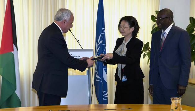 La Juez Kuniko Ozaki (c) , en presencia del Presidente de la Asamblea de los Estados miembros, H.E. Sidiki Kaba (d), entrega al ministro de Relaciones Exteriores de Palestina, el Dr. Riad Al-Malki (i), una edición especial del Estatuto de Roma.
