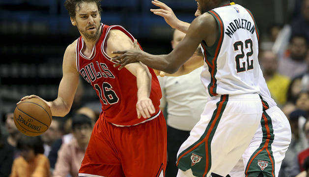 Pau Gasol (i) disputa el balón con Khris Middleton (d), de los Milwaukee Bucks.