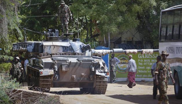 Un tanque de las Fuerzas de Defensa de Kenia llega a la Universidad de Garissa