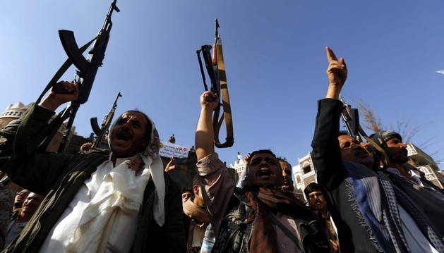 Soldados egipcios desembarcan en el puerto yemení de Adén