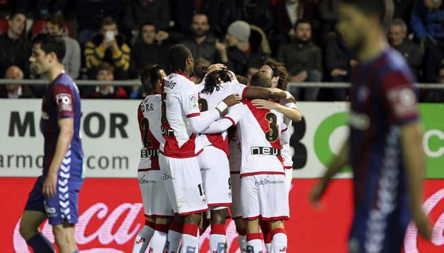 Los jugadores del Rayo Vallecano celebran el segundo gol del equipo.