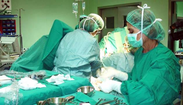Imagen de un quirófano en el transcurso de una operación.