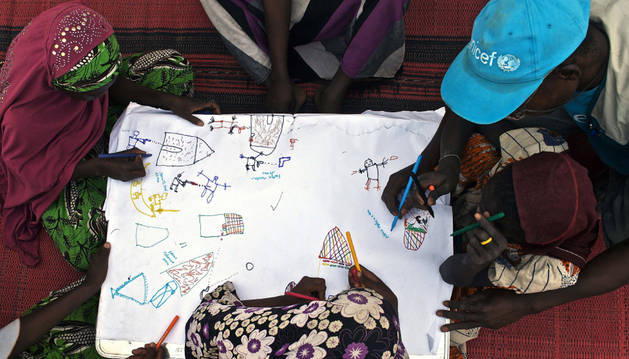 Un grupo de niños dibuja sus experiencias con Boko Haram.