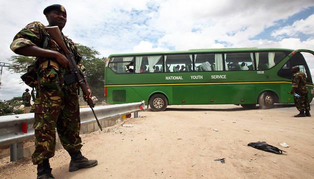 Un soldado custodia un autobús de estudiantes rescatados en Garissa.