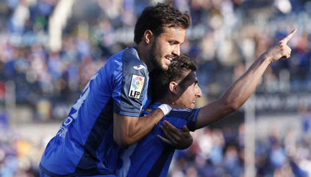 Escudero celebra su gol con Pedro León