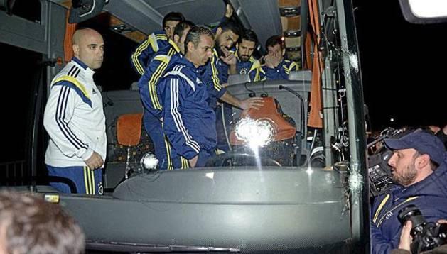 Imagen del autobús tiroteado del Fenerbahçe
