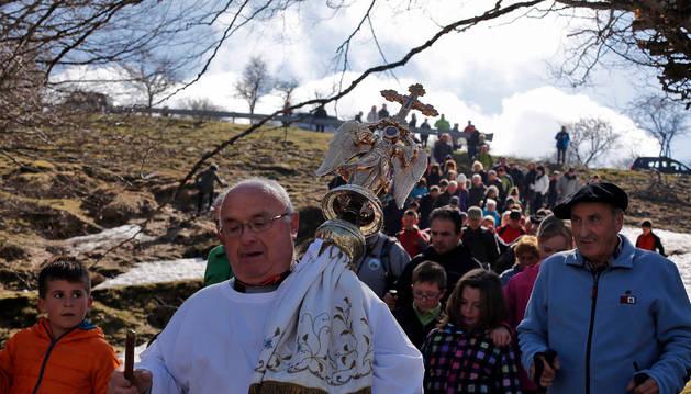 Mariano Zubiria Galarza, portador de la efigie, encabeza la comitiva que acompaña a San Miguel.
