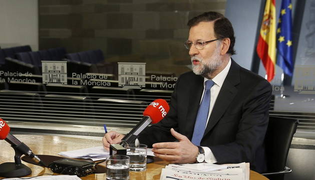 El presidente del Gobierno, Mariano Rajoy, durante la entrevista con Radio Nacional.