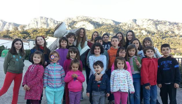 Todos los niños reunidos en Nazar participaron en la quema del Judas el domingo.