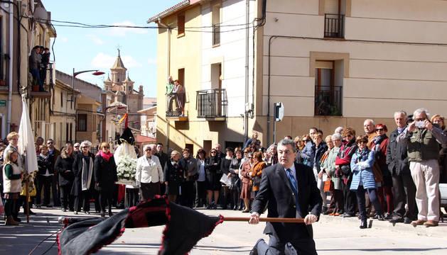 Rafael Contreras realizó el cambio de banderas ante la atenta mirada de los asistentes.