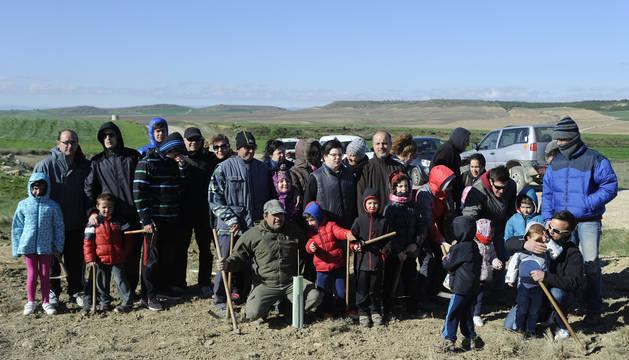 Foto de familia de los participantes en el Día del árbol de Olite este pasado domingo.