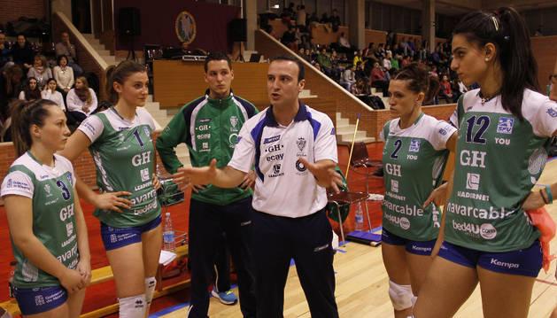 Chema Rodríguez, entrenador del GH Leadernet, da instrucciones a sus jugadoras