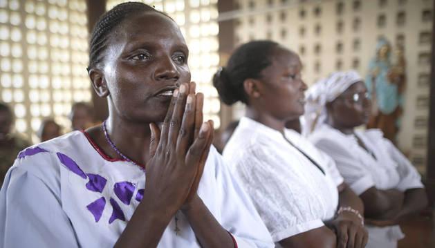 Una mujer keniana reza por las víctimas del atentado de los terroristas somalíes.