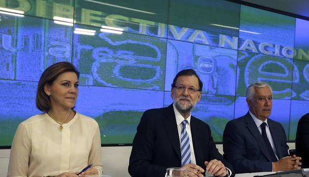 El presidente del Gobierno, Mariano Rajoy (c); la secretaria general del PP, Maria Dolores de Cospedal, y el vicesecretario nacional del PP , Javier Arenas, durante la reunión de la Junta Directiva Nacional del PP.