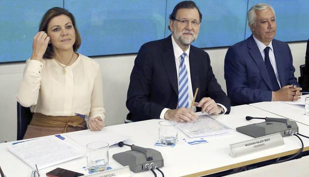 Rajoy, escoltado por Cospedal y Javier Arenas.