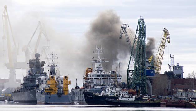 Inundan el submarino incendiado en Rusia para apagar el fuego