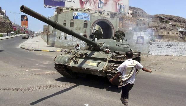 Un hombre junto a un tanque que pertenece al ejército que sigue fiel al presidente yemení.
