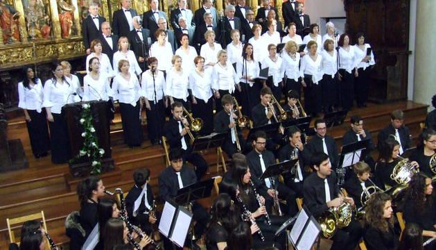 Integrantes de la coral y la banda de música, en un momento de su actuación en el concierto de Pascua.