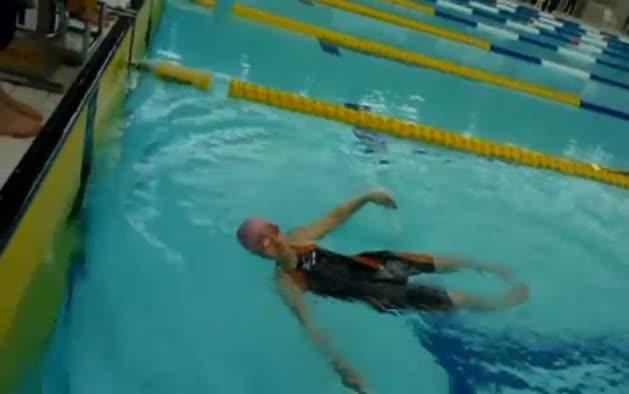 Una anciana de 100 años nada 1500 metros.