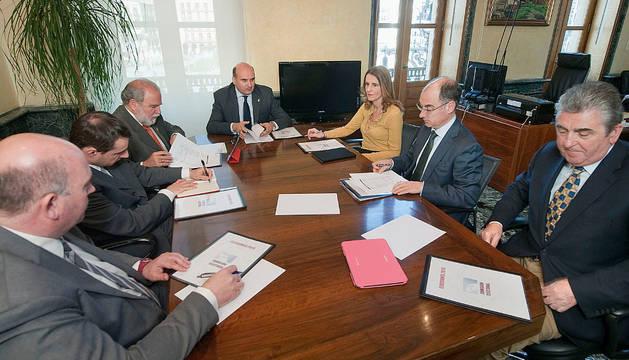 De izda. a dcha., Pérez, Elizondo, Ruiz, el consejero Morrás, Elío, Iriarte y Remón.