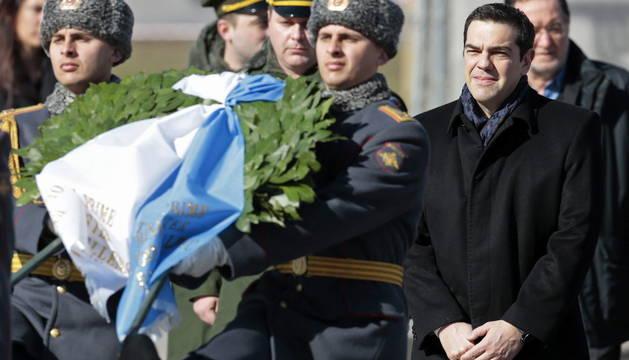 El primer ministro griego, Alexis Tsipras, participa en una ofrenda floral ante la Tumba del Soldado Desconocido en Moscú.