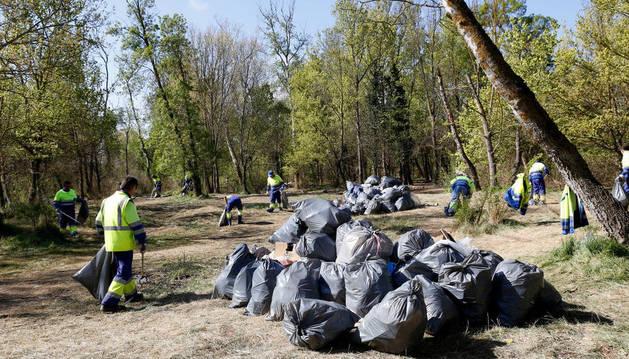 Operarios de la adjudicataria del servicio de limpieza de Tudela retiran la basura de las Norias.
