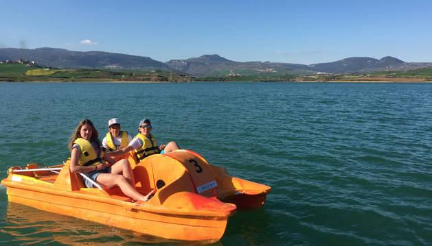 Turistas con hidropedales, una de las novedades en Alloz.