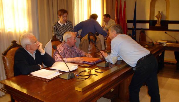 Varios miembros de la corporación municipal de Cintruénigo conversan instantes antes del comienzo de la última sesión plenaria celebrada el pasado martes.