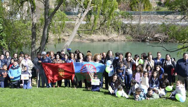 Más de cien personas participaron en Estella en la celebración el día internacional del pueblo gitano.