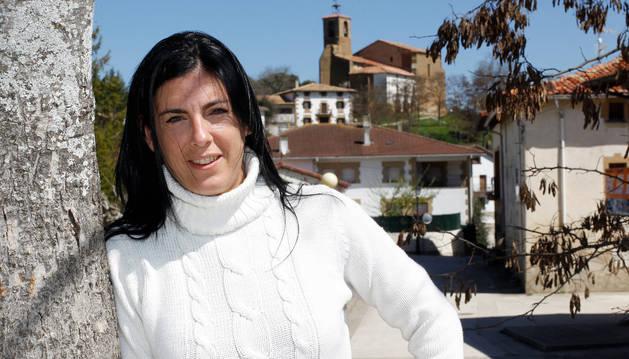 Alicia Etxarri en Esparza, su pueblo natal y de residencia, del que destaca la convivencia intergeneracional.