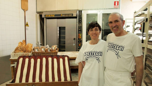 Charo Murchante Lacalle y Manolo Apestegui Goñi, ayer, en la panadería centenaria de Sada.