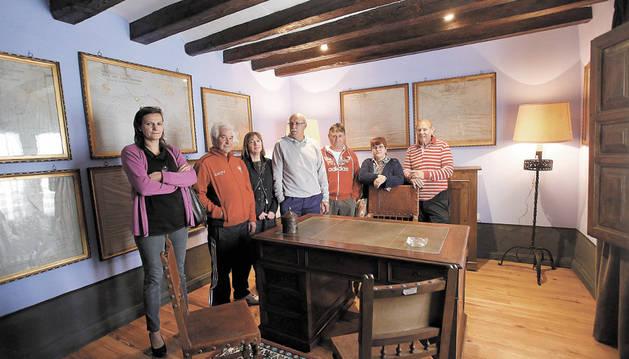 Varios voluntarios de la asociación en el despacho del conde que acaban de reformar.