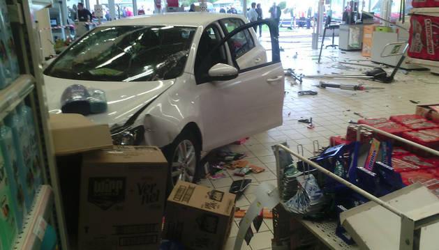 El coche, empotrado en el hipermercado.