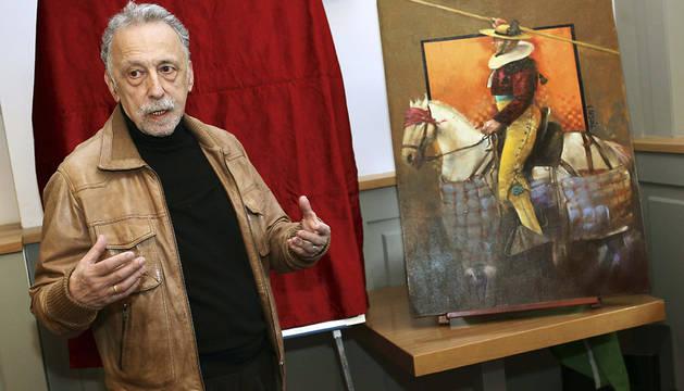 El artista Vicente Arnás, junto a su obra.