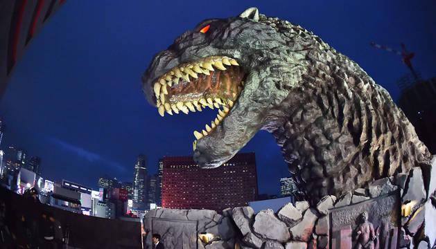 Busto de Godzilla en el distrito turístico de Tokio.