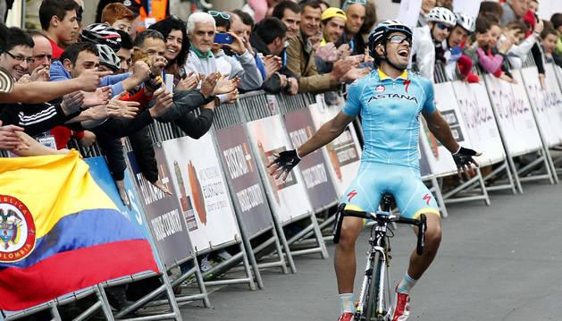 Mikel Landa celebra su triunfo en Aia