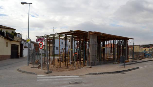 Parque biosaludable y marquesina de autobús que se está construyendo en Andosilla.