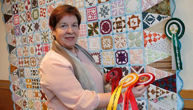 Eva Berrade, junto al trabajo con el que ha ganado su último premio.