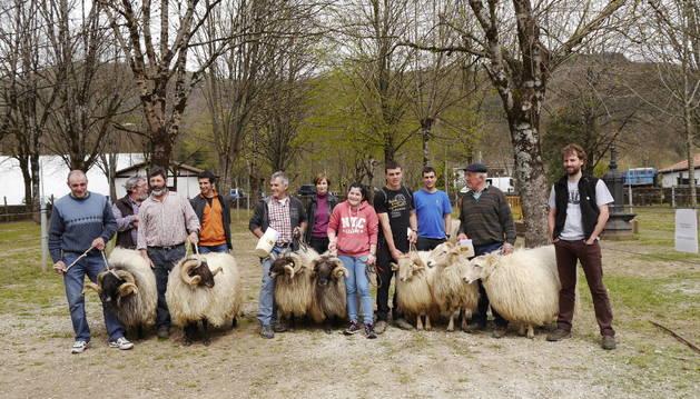 Organizadores y galardonados, junto a sus animales.