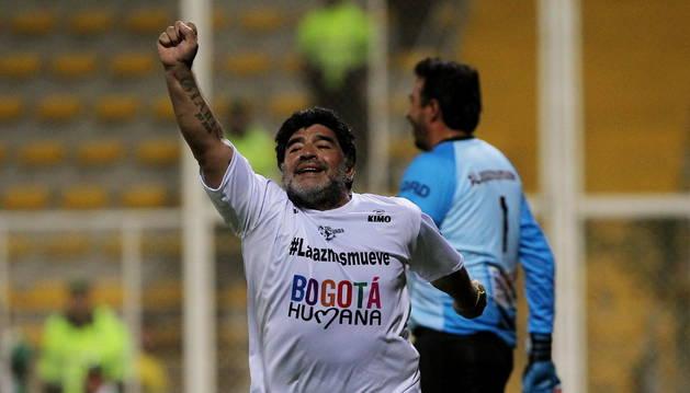 Maradona celebra su gol en el partido solidario.