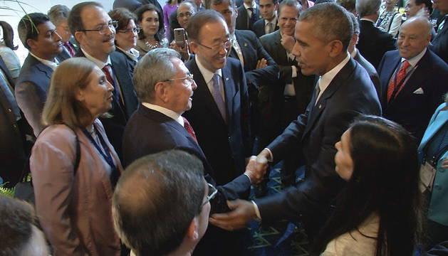 Barack Obama saluda a Raúl Castro durante la Cumbre de las Américas.