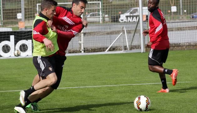 Berenguer y Javier Flaño pelean por el balón en un entrenamiento.